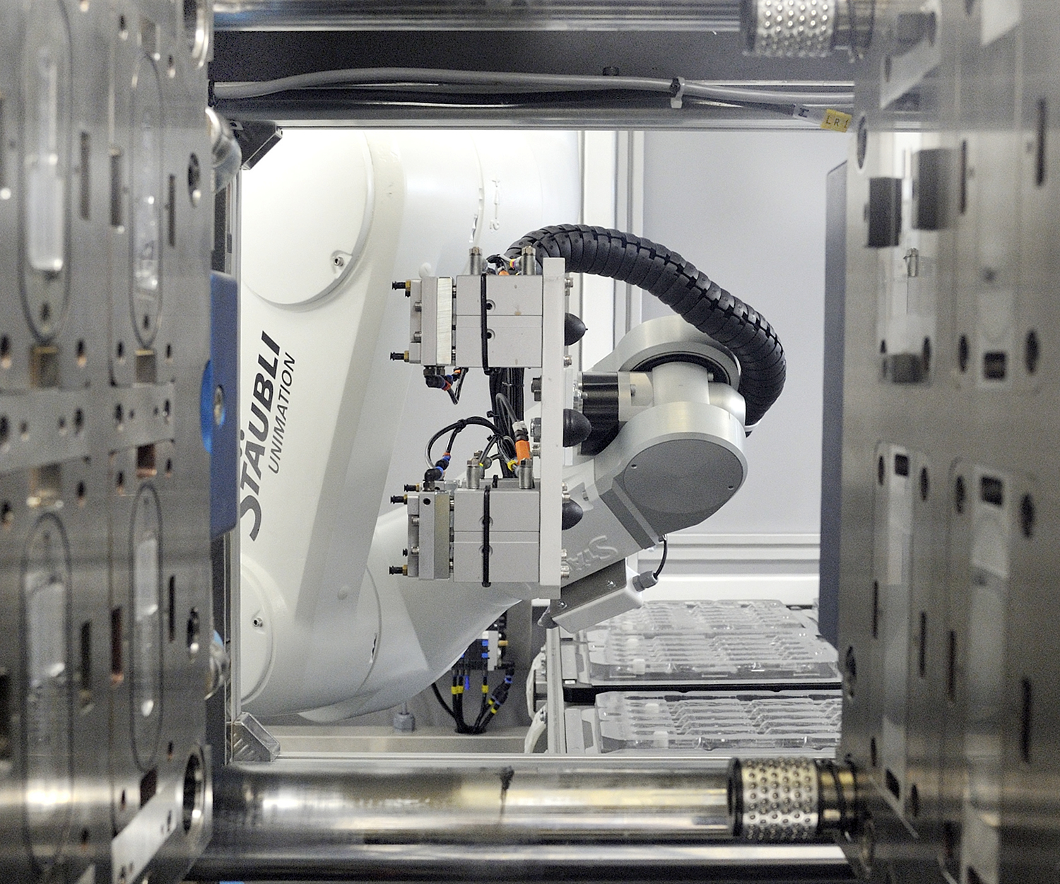 automation, staubli-robot working with mold machine