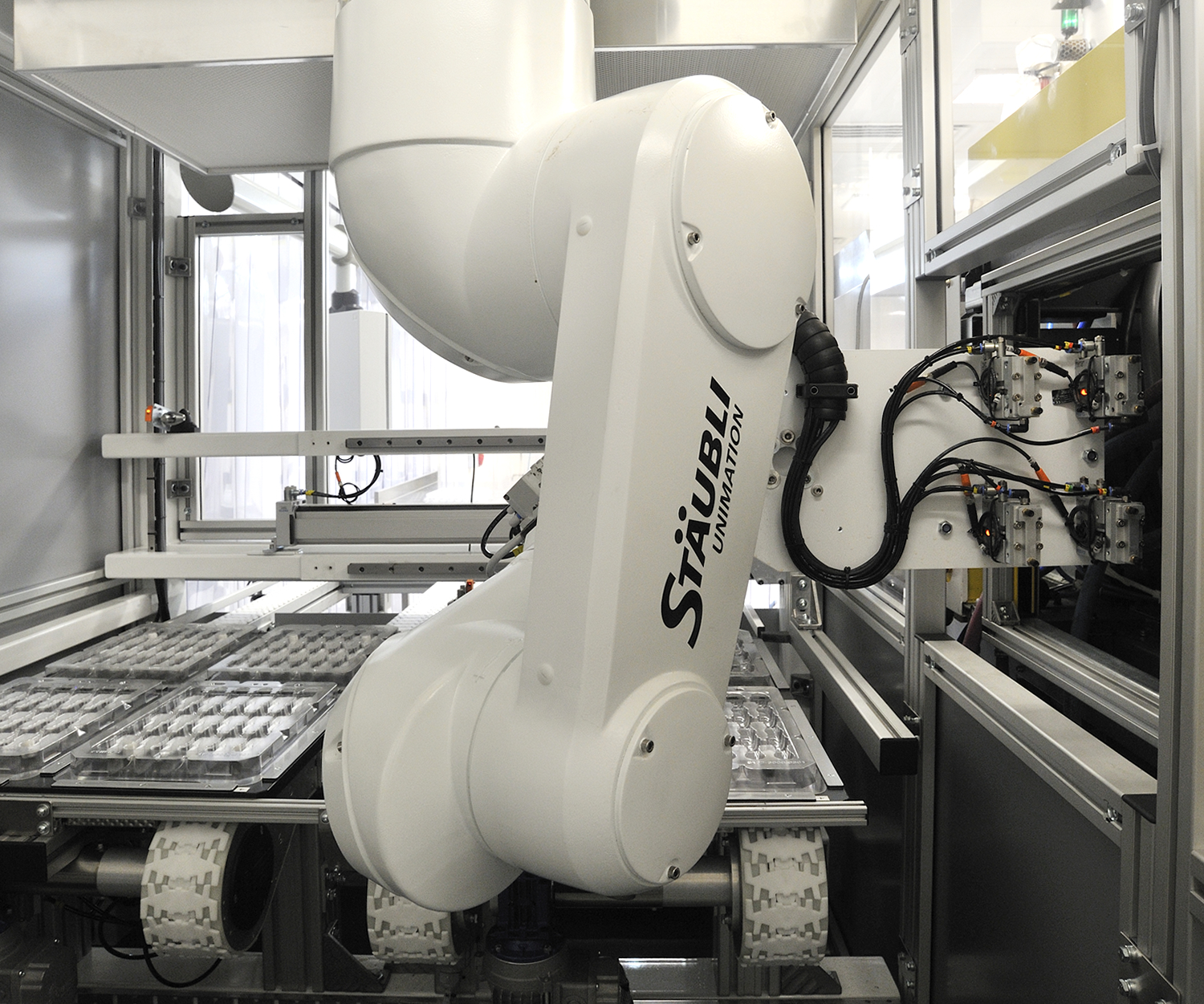 automation, staubli-robot used in plastic molded parts production